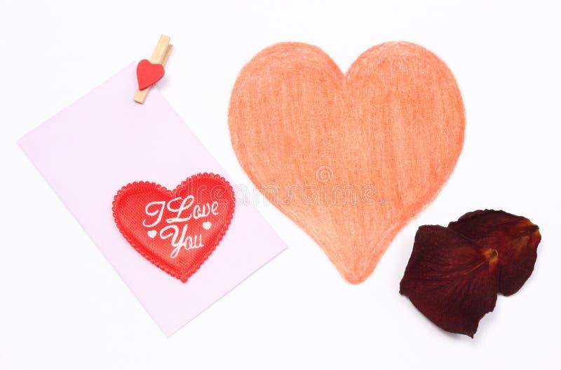 Dibujo del corazón de la forma con el sobre y los pétalos secados fotos de archivo libres de regalías