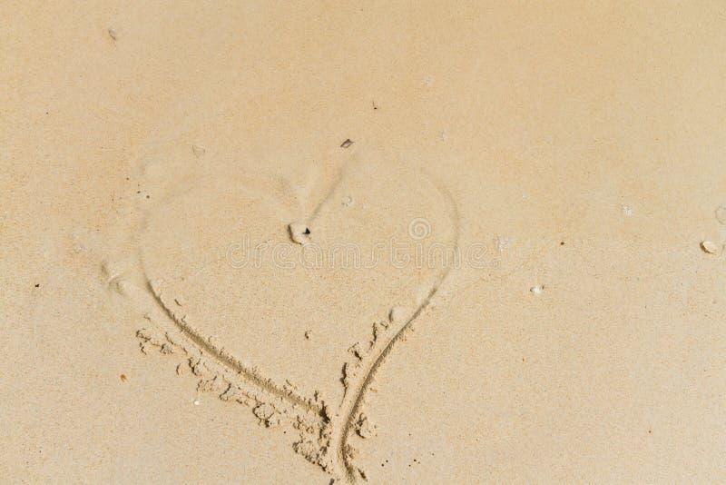 Dibujo del corazón en la arena foto de archivo libre de regalías