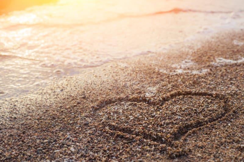 Dibujo del corazón en la playa de la arena Composición romántica Corazón en la playa fotografía de archivo libre de regalías