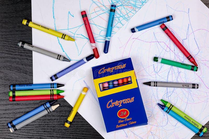 Dibujo del creyón de un niño/garabatos con los creyones genéricos y pedazos rasgados de la etiqueta de pelar la etiqueta foto de archivo libre de regalías