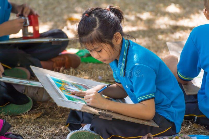 Dibujo del estudiante en jardín fotografía de archivo libre de regalías