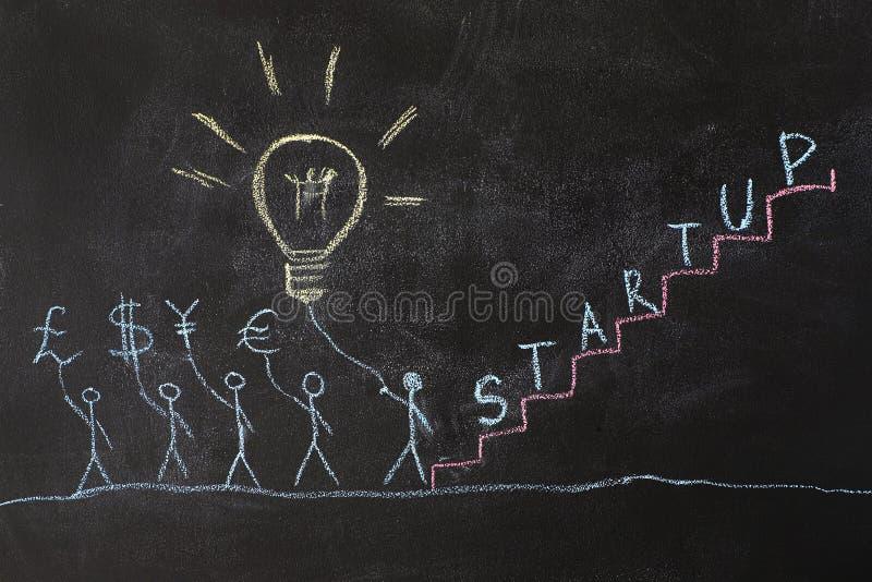 Dibujo del grupo de personas en una pizarra de la escuela imagenes de archivo