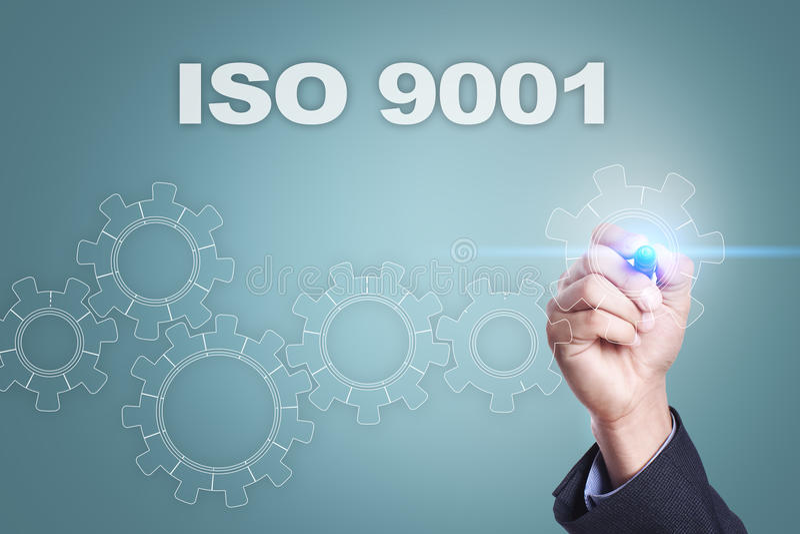 Dibujo del hombre de negocios en la pantalla virtual concepto de la ISO 9001 fotografía de archivo libre de regalías
