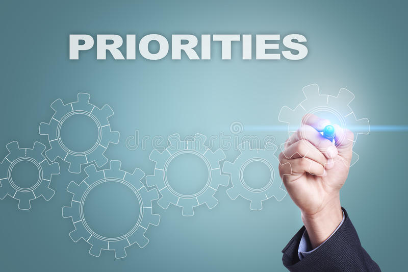 Dibujo del hombre de negocios en la pantalla virtual Concepto de las prioridades fotos de archivo libres de regalías