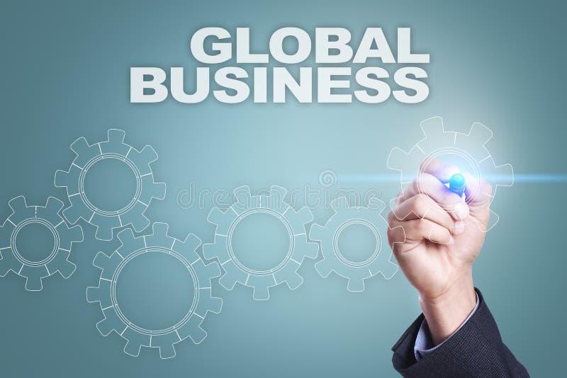 Dibujo del hombre de negocios en la pantalla virtual Concepto del asunto global fotografía de archivo libre de regalías