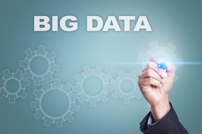 Dibujo del hombre de negocios en la pantalla virtual Concepto grande de los datos libre illustration