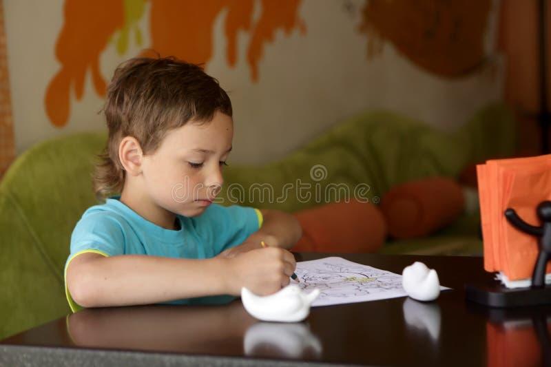 Dibujo del niño en café fotografía de archivo