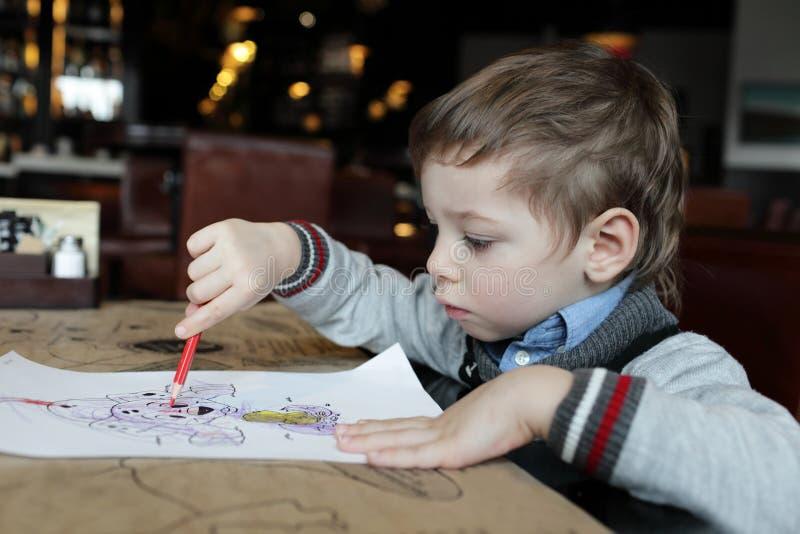 Dibujo del niño en el café imagen de archivo libre de regalías