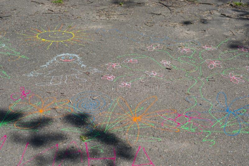 Dibujo del niño en el pavimento foto de archivo libre de regalías