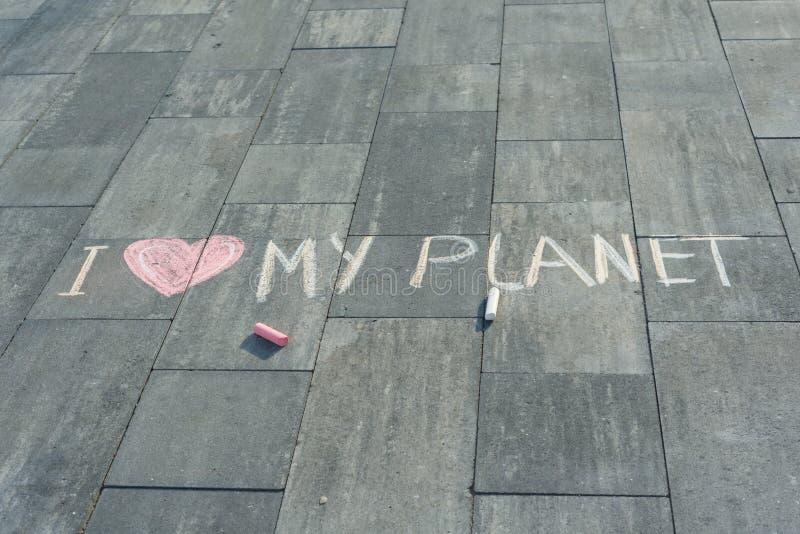 Dibujo en el texto del asfalto - amor de I mi planeta fotografía de archivo