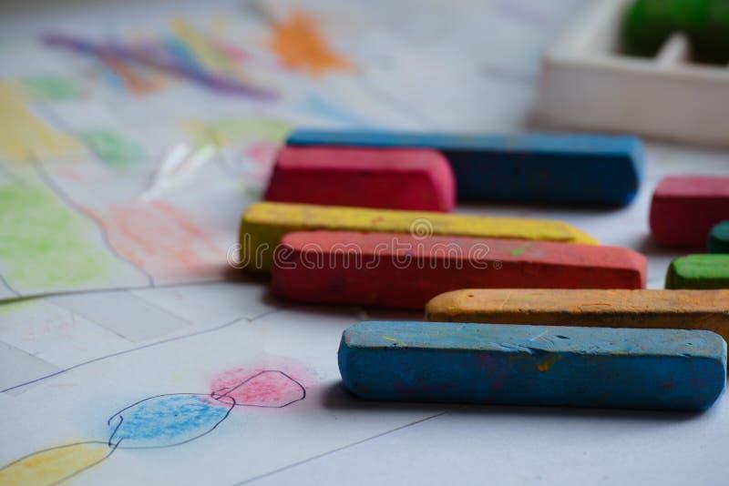 Dibujo en la imaginación de niños con colores de la tiza foto de archivo
