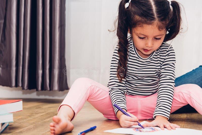Dibujo feliz de la guardería de la muchacha del niño del niño en educa del profesor del peper imagenes de archivo