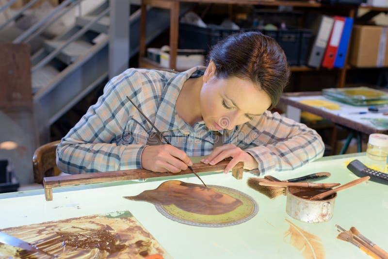 Dibujo hermoso de la artesana en taller foto de archivo