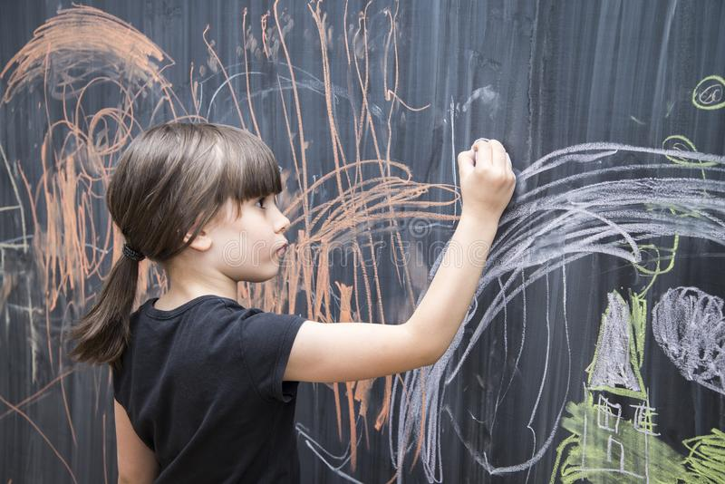 Dibujo hermoso de la muchacha en una pizarra imágenes de archivo libres de regalías