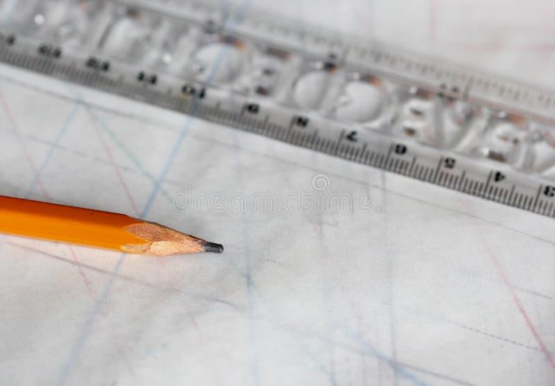 Dibujo, lápiz y documento de trazo de costura sobre la tabla imagenes de archivo
