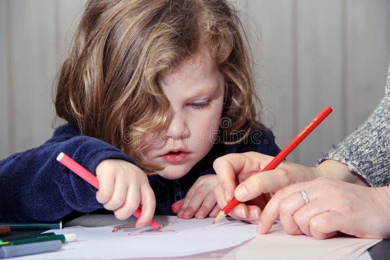 Dibujo lindo de la niña con su madre fotografía de archivo
