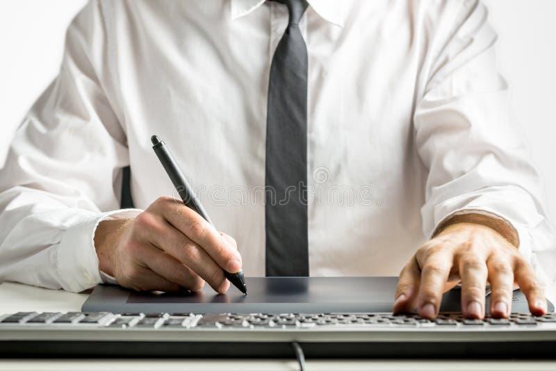 Dibujo masculino experto del diseñador en una tableta de gráficos fotos de archivo