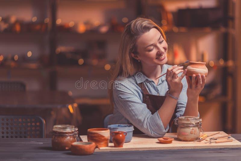 Dibujo sonriente de la muchacha en cerámica fotos de archivo