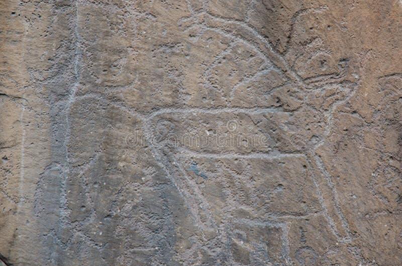 Dibujos antiguos en piedras de la estepa asiática El permiso no es necesario La piedra está instalada cerca del museo fotografía de archivo libre de regalías
