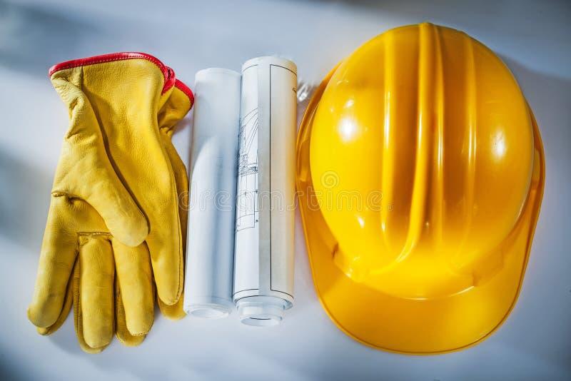 Dibujos de construcción que construyen guantes protectores del casco en blanco foto de archivo libre de regalías