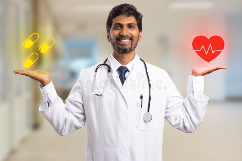 Dibujos de equilibrio del corazón y de la píldora del médico en la palma imagen de archivo