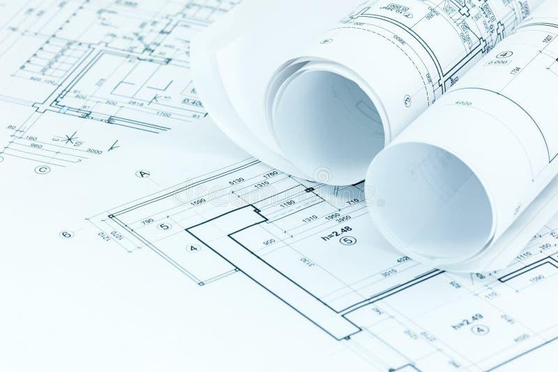 Dibujos de ingeniería y planes del proyecto en el lugar de trabajo del arquitecto fotos de archivo libres de regalías