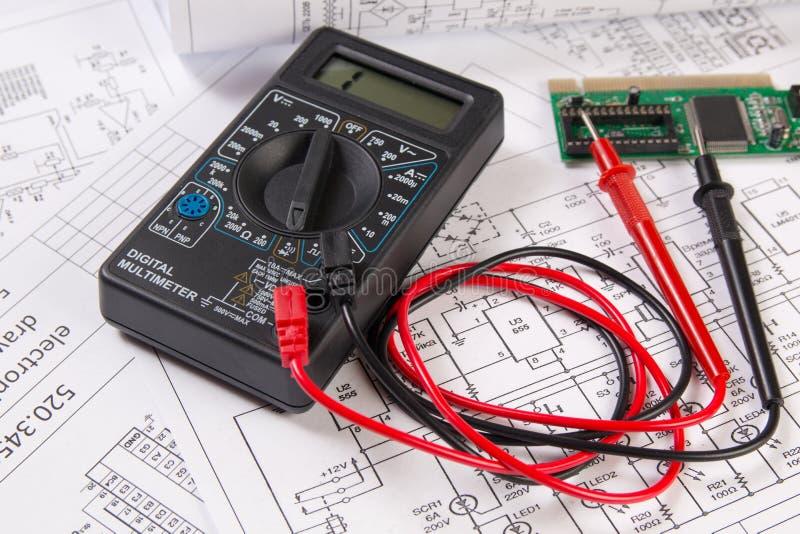 Dibujos de la ingeniería eléctrica, tablero electrónico y MU digital imagen de archivo