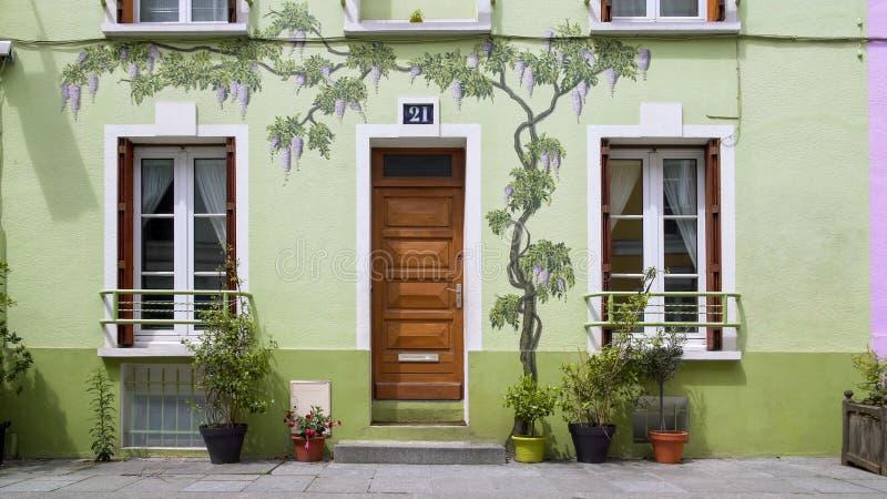 Dibujos del arte en fachada de la casa verde hermosa, calle de Rue Cremieux en París imagenes de archivo