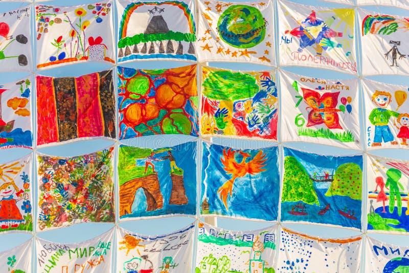 Dibujos en las velas Objeto 'nave del arte de la tolerancia ' Costa de Volga fotografía de archivo