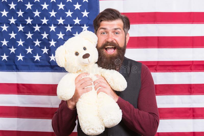 Dicalo alto per paese fiero, festa dell'indipendenza felice L'orsacchiotto barbuto della tenuta dell'uomo riguarda la festa dell' fotografie stock