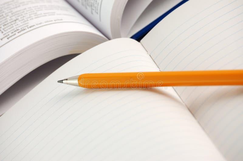 Diccionario con el cuaderno fotografía de archivo libre de regalías