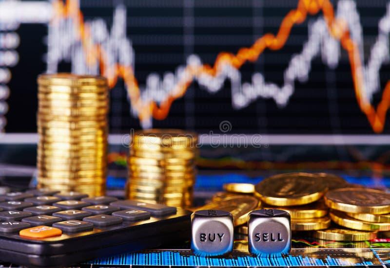 Dices кубики с словами ПРОДАЙТЕ монетки ПОКУПКЫ золотистые, чалькулятор стоковое изображение