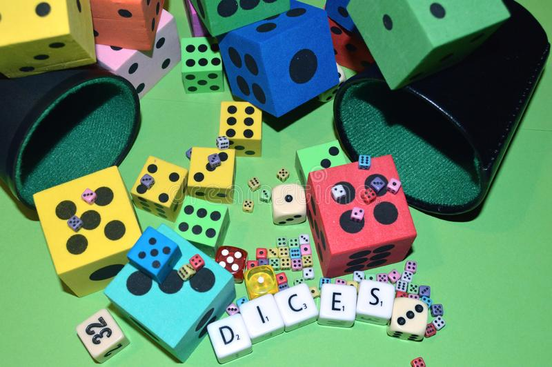 Dices i listy na stole obrazy royalty free