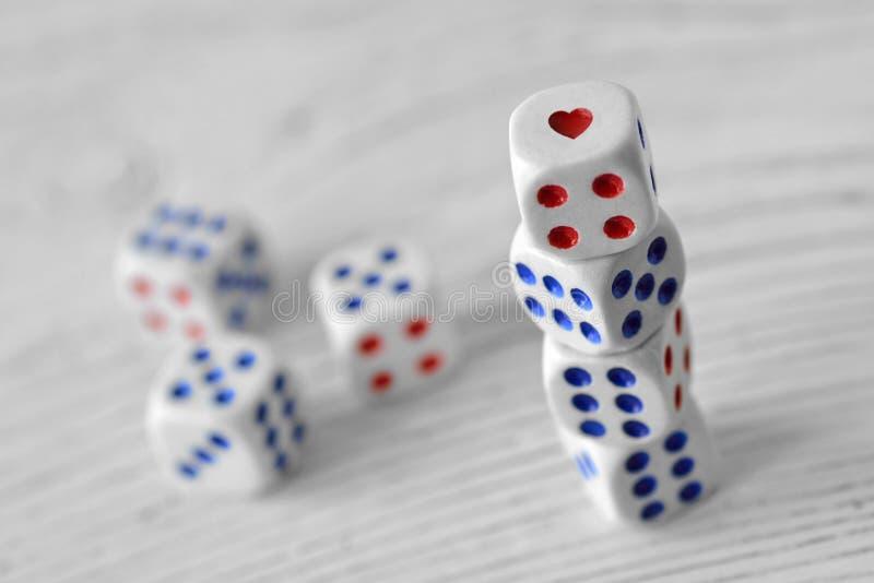 Dices z sercem - pojęcie ryzyko i szansa na miłości obraz stock