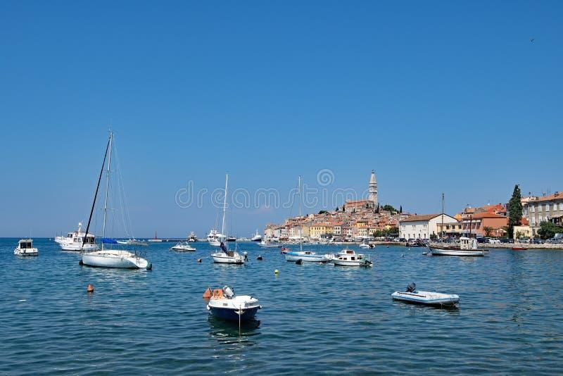Dicha del cielo azul en el puerto croata de Rovinj, un puerto pesquero en la costa oeste de Croacia fotos de archivo