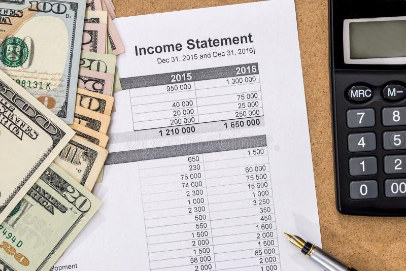 Dichiarazione dei redditi del documento con la penna, il calcolatore ed i soldi fotografia stock libera da diritti