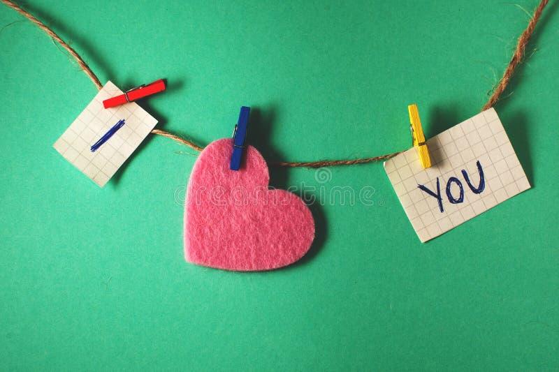Dichiarazione di amore su una parete verde fotografie stock