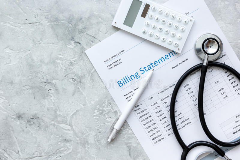 Dichiarazione di fatturazione per servizio medico nella derisione di vista superiore del fondo dell'ufficio del ` s di medico su fotografia stock
