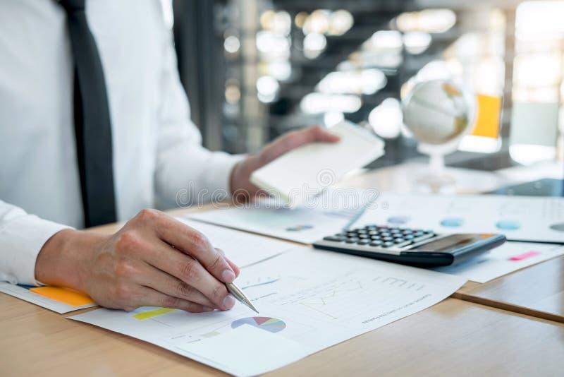 Dichiarazione finanziaria annuale finanziaria di lavoro del bilancio analizzare del ragioniere dell'uomo d'affari e di rapporto d fotografia stock libera da diritti