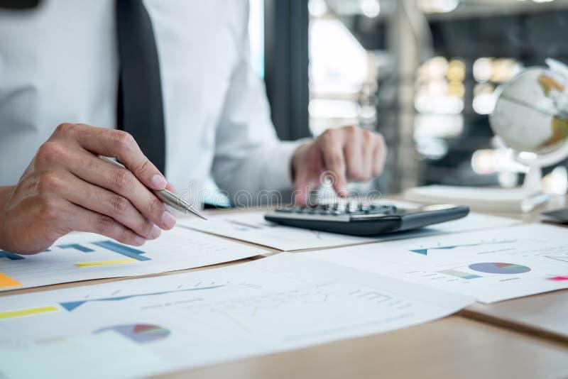 Dichiarazione finanziaria annuale finanziaria di lavoro del bilancio analizzare del ragioniere dell'uomo d'affari e di rapporto d fotografia stock