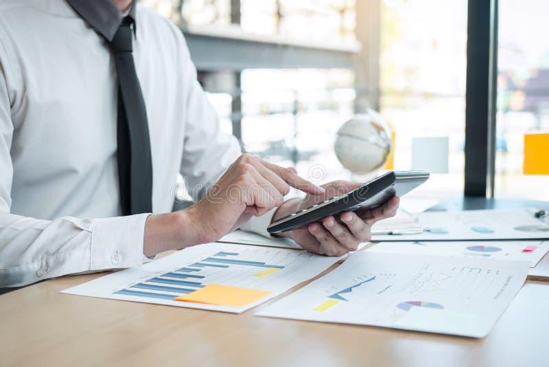 Dichiarazione finanziaria annuale finanziaria di lavoro del bilancio analizzare del ragioniere dell'uomo d'affari e di rapporto d immagine stock libera da diritti