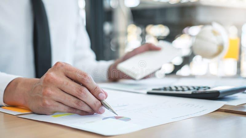 Dichiarazione finanziaria annuale finanziaria di lavoro del bilancio analizzare del ragioniere dell'uomo d'affari e di rapporto d fotografie stock