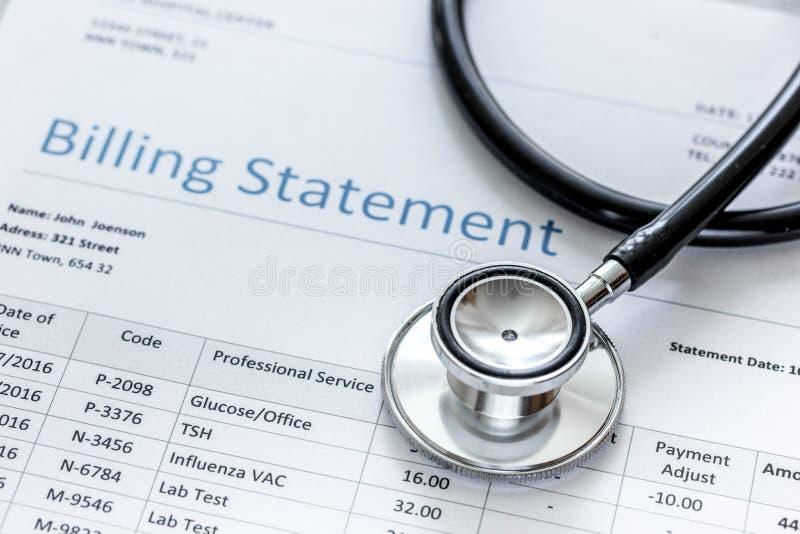 Dichiarazione treatmant medica di fatturazione con lo stetoscopio su fondo di pietra immagine stock