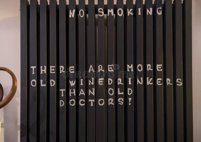 """Dichiarazione umoristica sul segno """"non fumatori """"dentro i bistrot storici del parassita-Buda, Ungheria fotografia stock libera da diritti"""