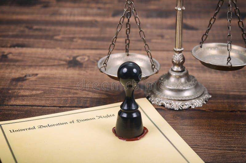 Dichiarazione universale dei diritti umani, della bilancia della giustizia e della guarnizione di notaio immagini stock