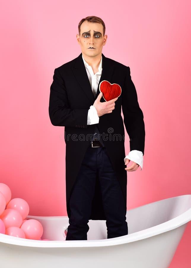 Dichosamente en pantomima del amor Imite al actor tiene partido de la celebración de las tarjetas del día de San Valentín o mime imagenes de archivo