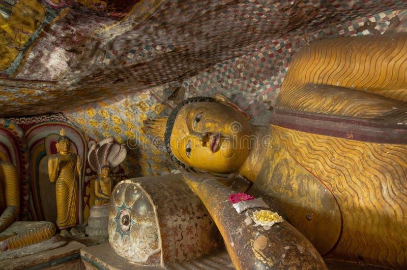 Dicht omhoog doend leunen het standbeeld van Boedha in de Tempel van het Hol Dambulla, Sri Lanka stock fotografie