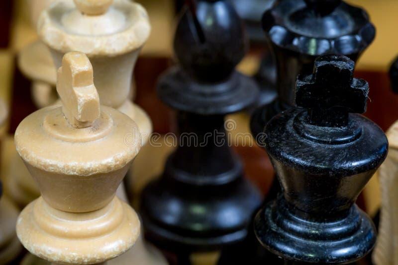 Dicht omhoog gedetailleerd van witte cijfers - witte en zwarte koningen, vage witte en zwarte koninginnen, zwarte bischop stock foto's