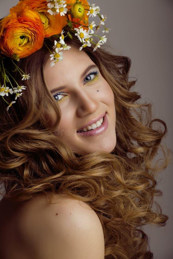 Dicht omhoog maakt de schoonheids jonge vrouw met bloemen en stock afbeeldingen
