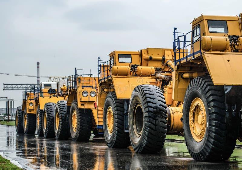 Dicht omhoog parkerend grote stortplaatsvrachtwagens stock foto's